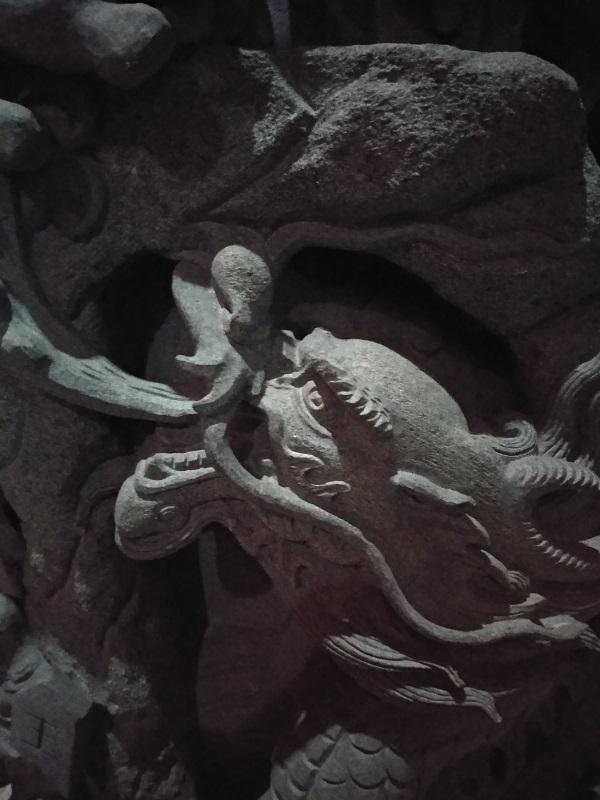 Tête de dragon chinois sculpté.