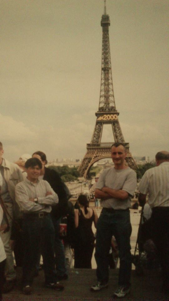 LIN De Fu et Patrick Le Chevoir (LE XIao Long) devant la Tour Eiffel en 2000.
