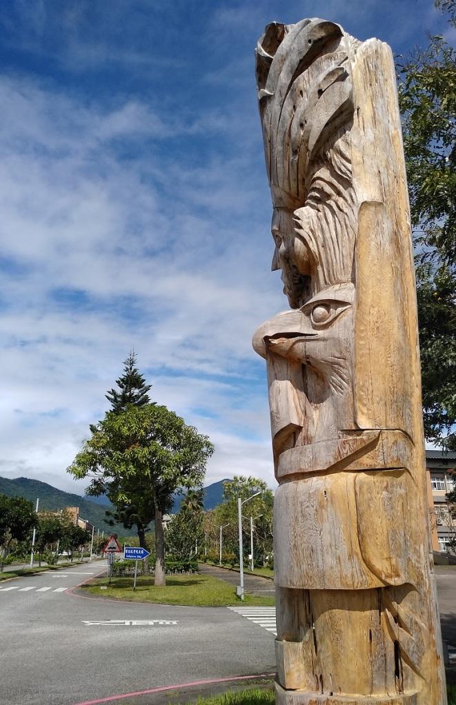 Statue sculptée dans un tronc d'arbre se trouvant dans le campus universitaire de l'Université Dong Hua Daxue - National Dong Hwa University. (Photo Patrick Le Chevoir)