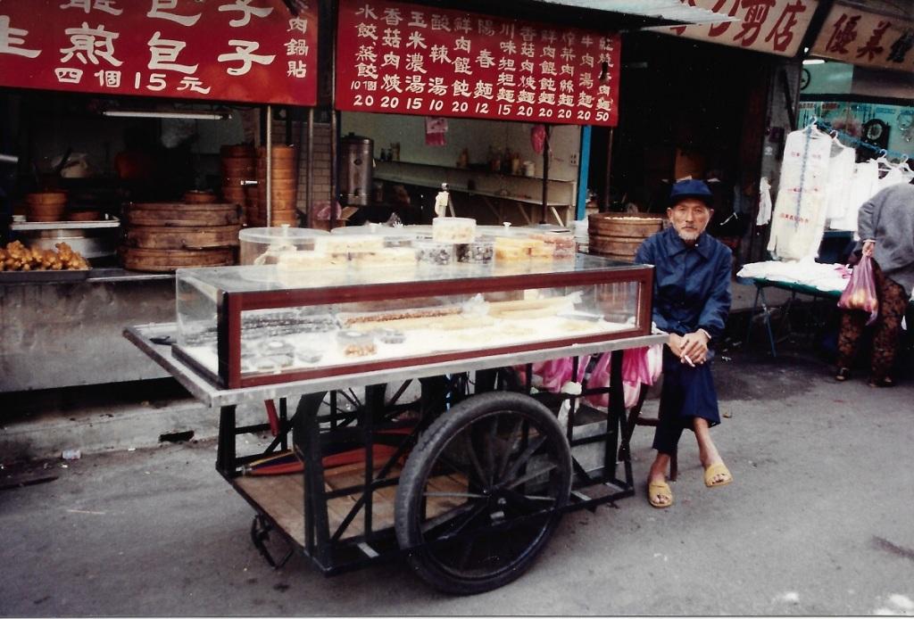 Marchand ambulant vendant des nougats dans les rues de Taïpei - Taïwan - Novembre 1990 - Photo Patrick Le Chevoir